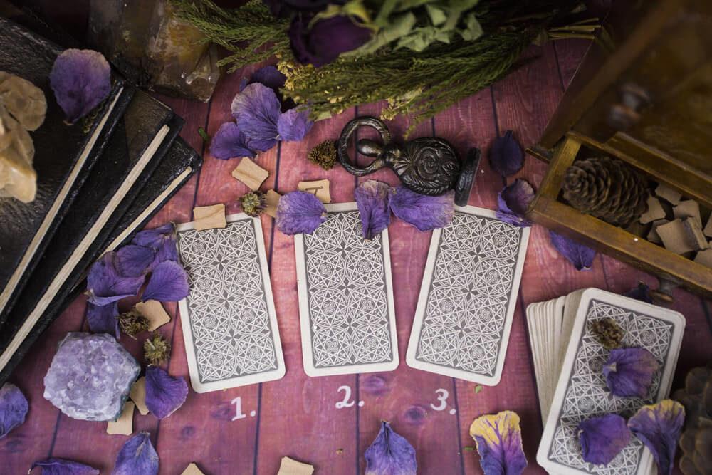 Szerelmi jóslás a Halak havára - Melyik tarot kártyát húzod?